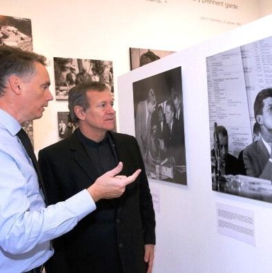 """Frédéric Lecomte-Dieu présentant l'expo """"JFK 1963-2013"""" se tenant à Parisa à l'acteur Francis Huster, pour qui l'assassinat de JFK a changé son regard sur le monde (11.11.2013)"""