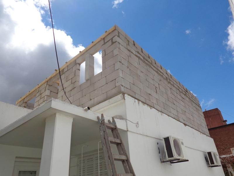 Soportan mis paredes 2 tanques de 500 lts de material for Casa clasica techo inclinado procrear