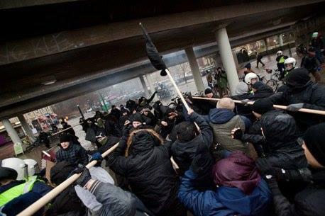 Les antifascistes repoussent l'assaut des nazis du Mouvement Suédois de Résistance