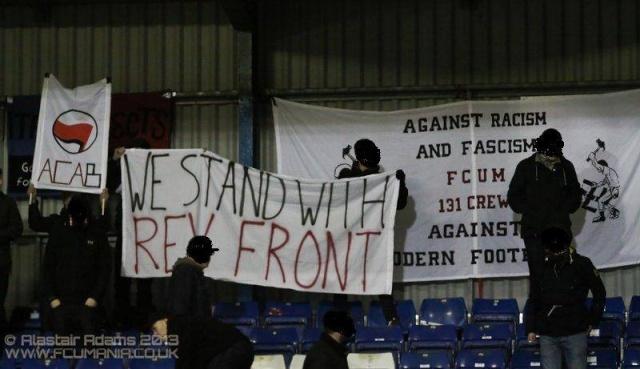 Banderole de Solidarité avec le Front Révolutionnaire déployée par les supporters de Manchester United, en Angleterre.