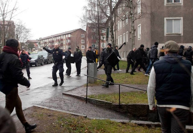 En Suède comme ailleurs, police et fascistes main dans la main.