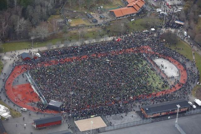 Les milliers de manifestants antifascistes arrivent au stade pour le meeting