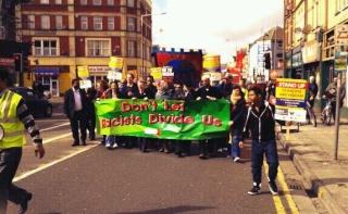 Environ 700 personnes ont défilé à Cardiff (pays de Galles) contre le racisme et le fascisme