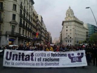 """""""Unité contre le sexisme et le racisme"""" Ils étaient 5000 à défiler à Barcelone malgré la concurrence de la manif centrale à Madrid qui a regroupé 2Millions de personnes."""