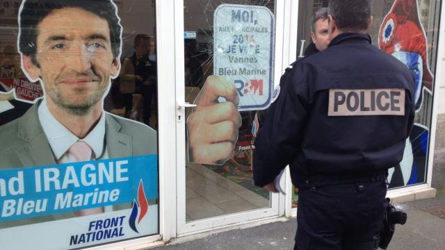 La permanence du FN dégradée à Vannes. Le suspect vu de dos.