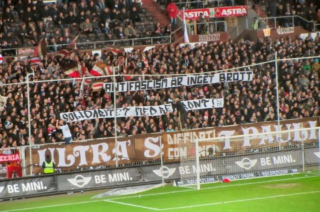 Banderole de Solidarité avec le Front Révolutionnaire déployée par les supporters du FC Sankt Paüli, en Allemagne.