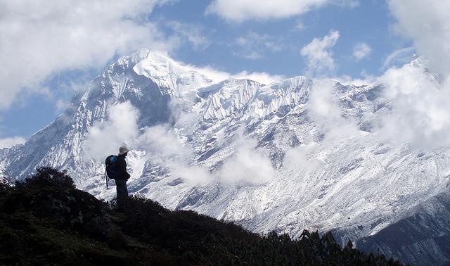 silhouette devant une montagne