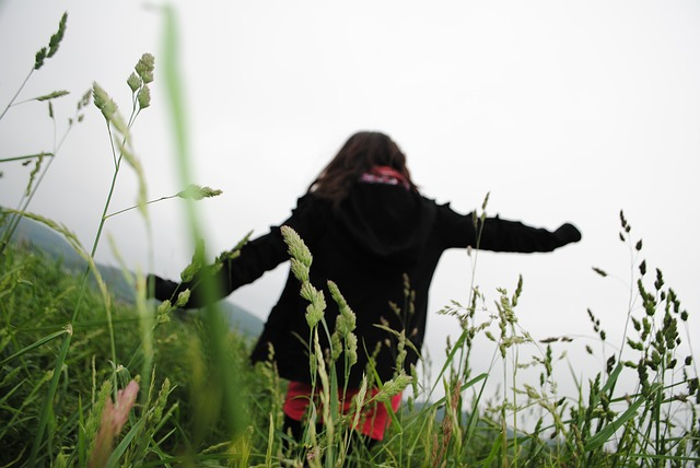 enfant qui court dans l'herbe
